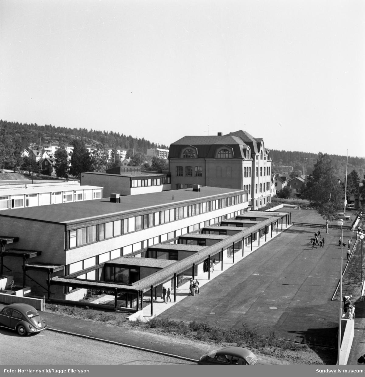 Skönsbergs skola och skolgård.