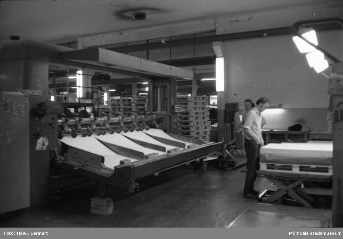 Män i arbete vid maskin på Papyrus i Mölndal, hösten 1970. KM 2 klipp. Byggnad 6.