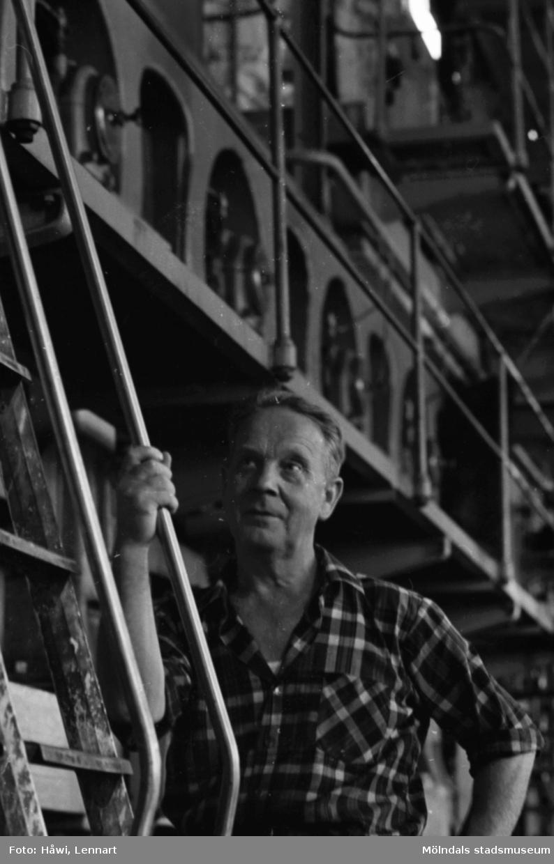 Anton Tingstedt vid maskin i byggnad 6 på Papyrus i Mölndal, hösten 1970.