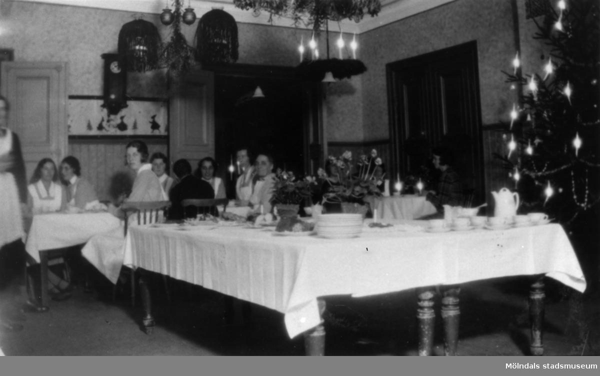 Streteredshemmet i Kållered, julen 1933. På bilden syns tvättföreståndaren Ida Andersson, Anna Dahlberg m.fl.