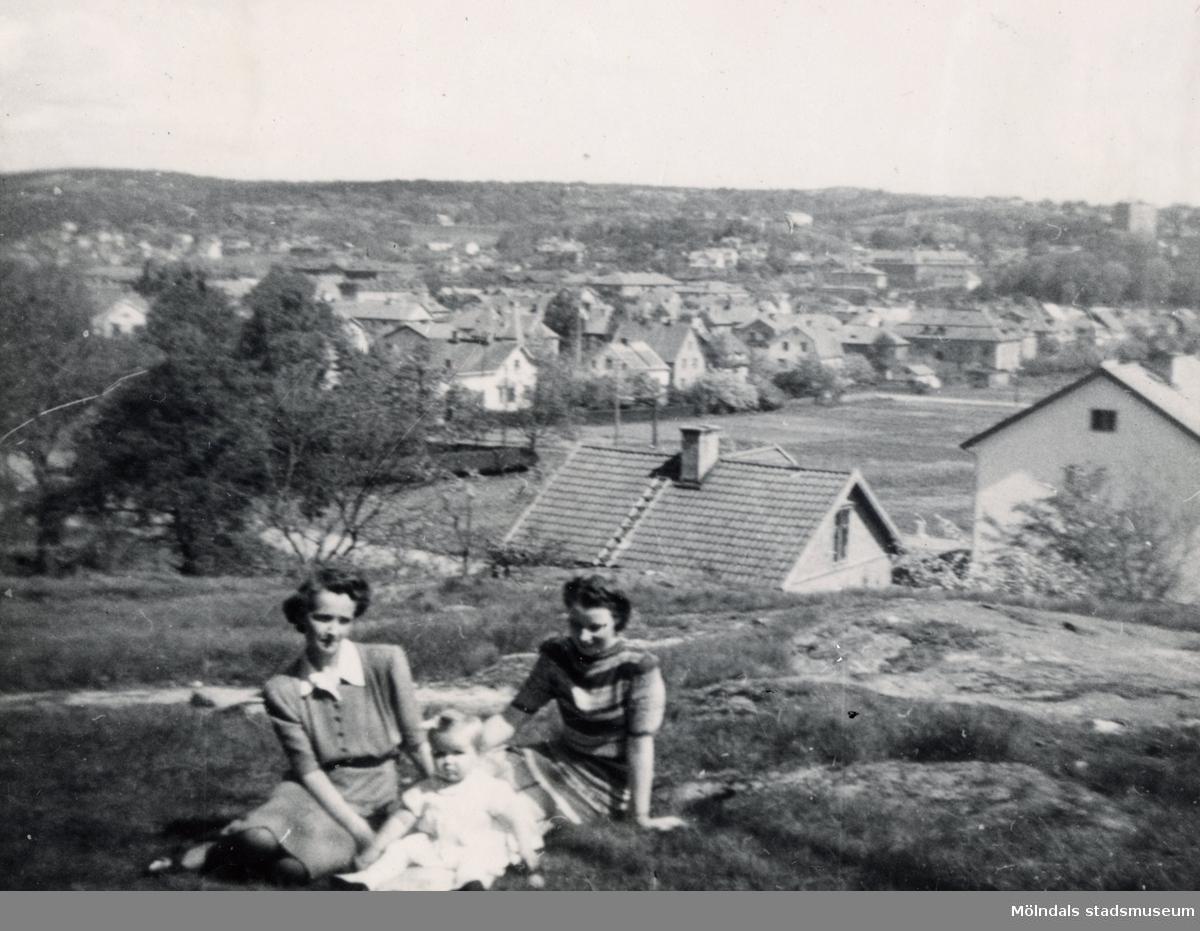 Åbykullen i Mölndal, år 1945. Foto ur album som tillhört Maj Carlsson (givarens moster) f. 1920 d. 2008. Maj bodde i Mölndal på Pomonagatan och Broslättsgatan 4, aktiv i Missionsförsamlingen (först Trädgårdsgatan, sedan Bifrost).