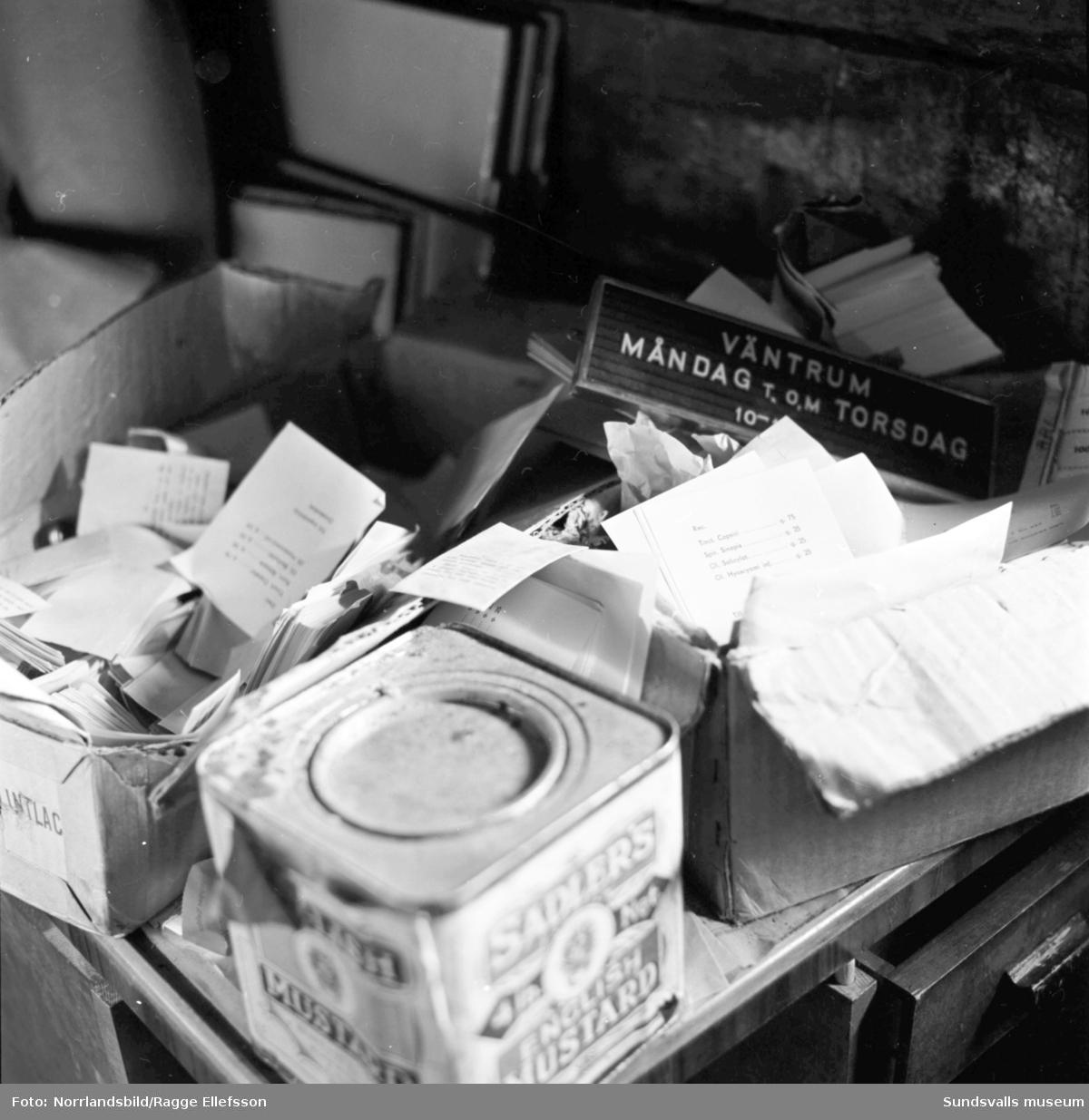 Interiörbilder från en gammal homeopatpreparatfabrik i Galtström. Kartonger, recept och burkar med preparat.