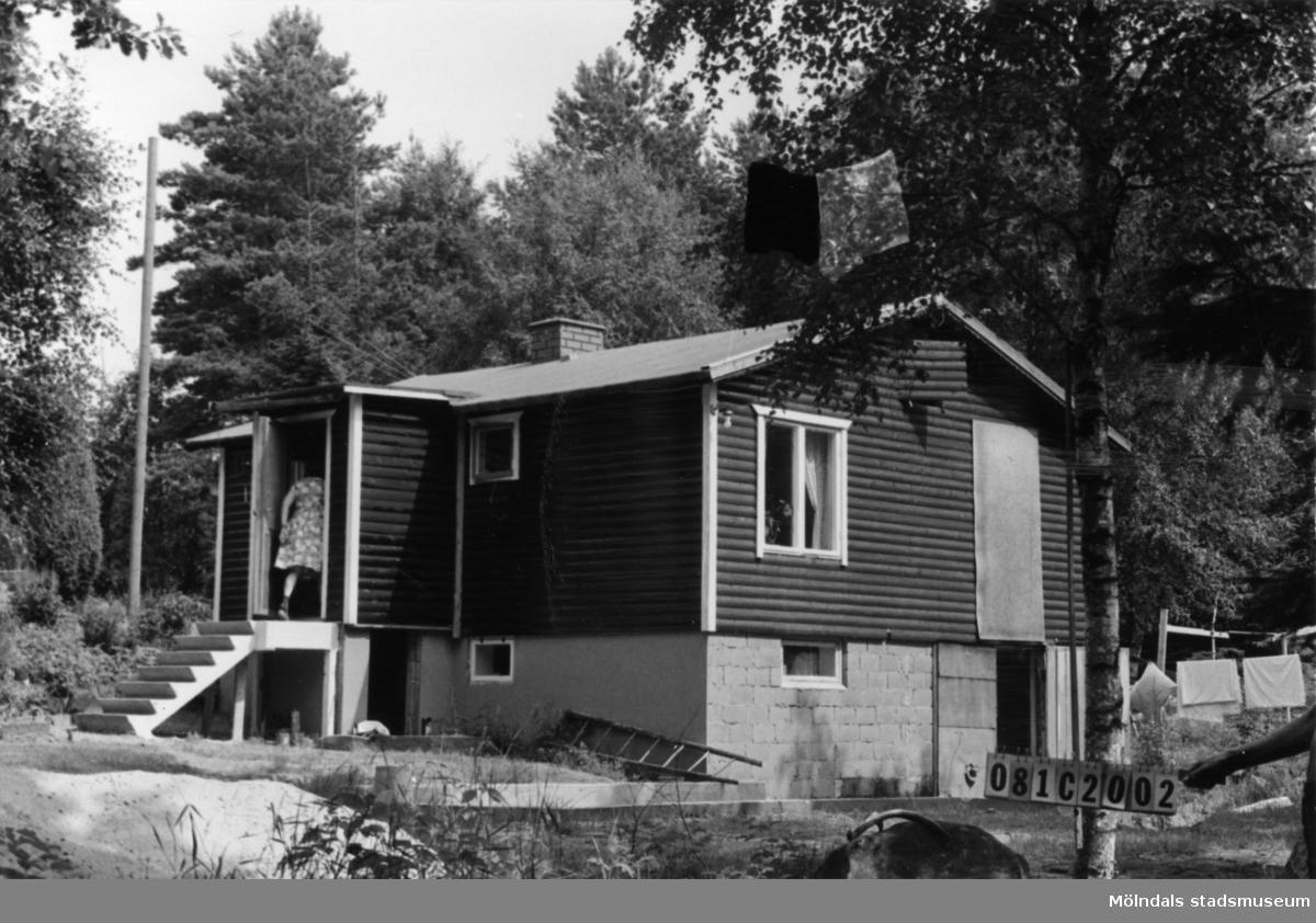 Byggnadsinventering i Lindome 1968. Knipered 3:11. Hus nr: 081C2002. Benämning: fritidshus och redskapsbod. Kvalitet, bostadshus: mycket god. Kvalitet, redskapsbod: mindre god. Material: trä. Tillfartsväg: framkomlig.