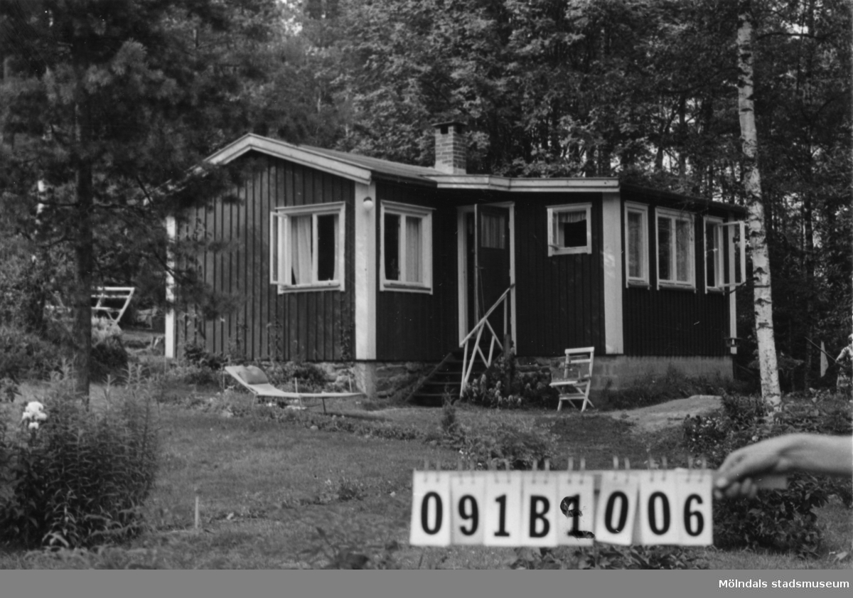Byggnadsinventering i Lindome 1968. Greggered 3:49. Hus nr: 091B2006. Benämning: fritidshus. Kvalitet: god. Material: trä. Tillfartsväg: framkomlig. Renhållning: soptömning.