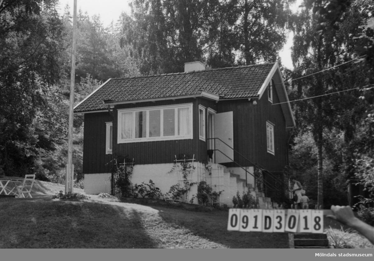 Byggnadsinventering i Lindome 1968. Ranered 1:48. Hus nr: 091D3018. Benämning: fritidshus och två redskapsbodar. Kvalitet: god. Material: trä. Tillfartsväg: framkomlig.