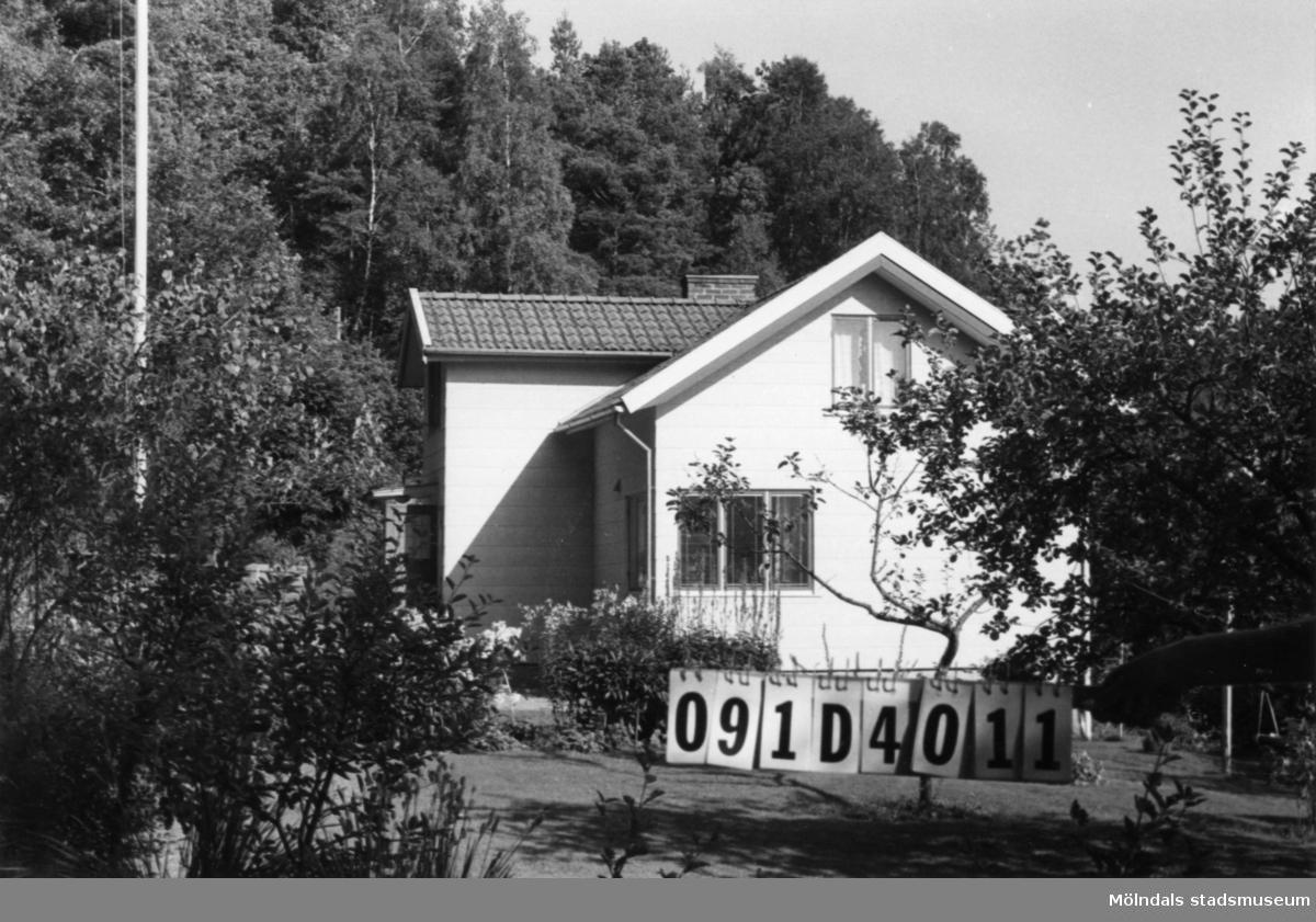 Byggnadsinventering i Lindome 1968. Roggelid 1:5. Hus nr: 091D4011. Benämning: permanent bostad, redskapsbod och tvättstuga. Kvalitet: god. Material, bostadshus: eternit. Material, övriga: trä Tillfartsväg: framkomlig.