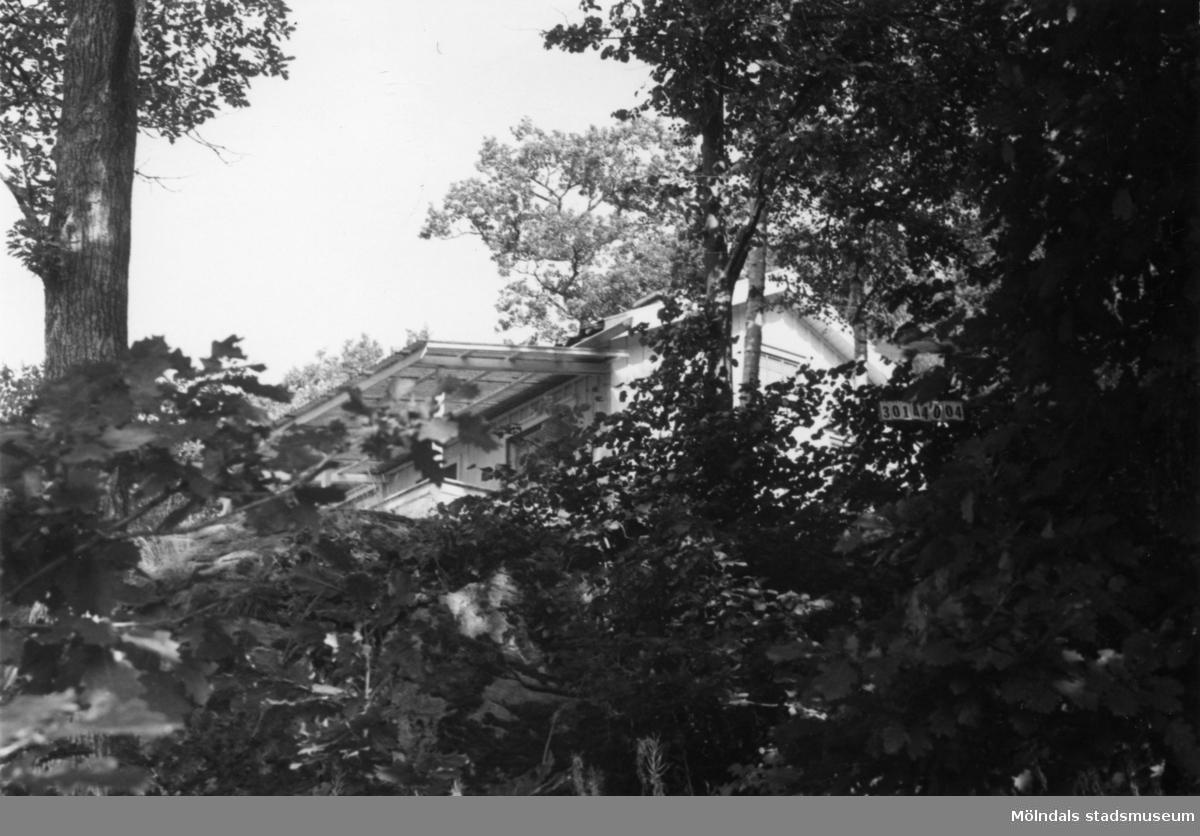 Byggnadsinventering i Lindome 1968. Skåregärde 1:22. Hus nr: 301A4004. Benämning: fritidshus och redskapsbod. Kvalitet: mindre god. Material: trä. Tillfartsväg: ej framkomlig.