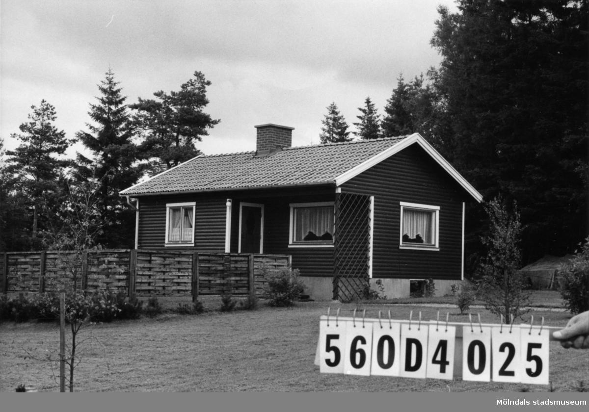Byggnadsinventering i Lindome 1968. Fagered 2:38. Hus nr: 560D4025. Benämning: fritidshus. Kvalitet: mycket god. Material: trä. Tillfartsväg: framkomlig. Renhållning: soptömning.