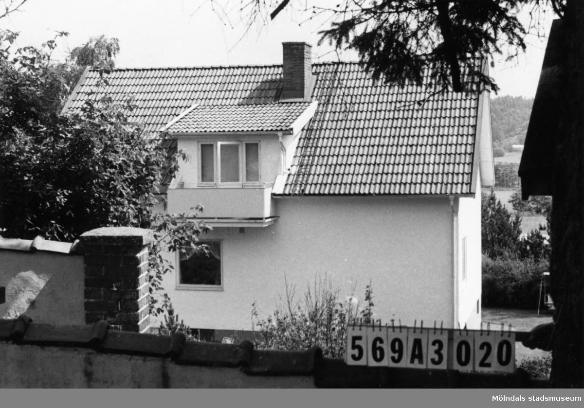 Byggnadsinventering i Lindome 1968. Skäggered 3:27. Hus nr: 569A3020. Benämning: permanent bostad och garage. Kvalitet: god. Material: sten, puts. Tillfartsväg: framkomlig. Renhållning: soptömning.