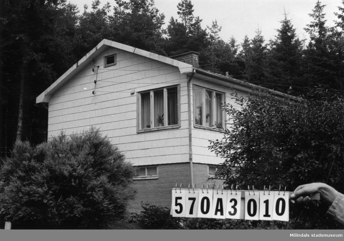 Byggnadsinventering i Lindome 1968. Annestorp 2:92. Hus nr: 570A3010. Benämning: permanent bostad och redskapsbod. Kvalitet, bostadshus: god. Kvalitet, redskapsbod: mindre god. Material, bostadshus: eternit. Material, redskapsbod: trä. Tillfartsväg: framkomlig. Renhållning: soptömning.