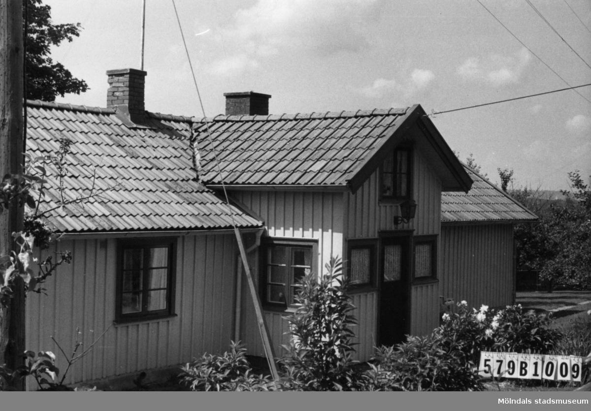 Byggnadsinventering i Lindome 1968. Lindome 3:10. Hus nr: 579B1009. Benämning: permanent bostad och garage. Kvalitet, bostadshus: god. Kvalitet, garage: mindre god. Material: trä. Tillfartsväg: framkomlig. Renhållning: soptömning.