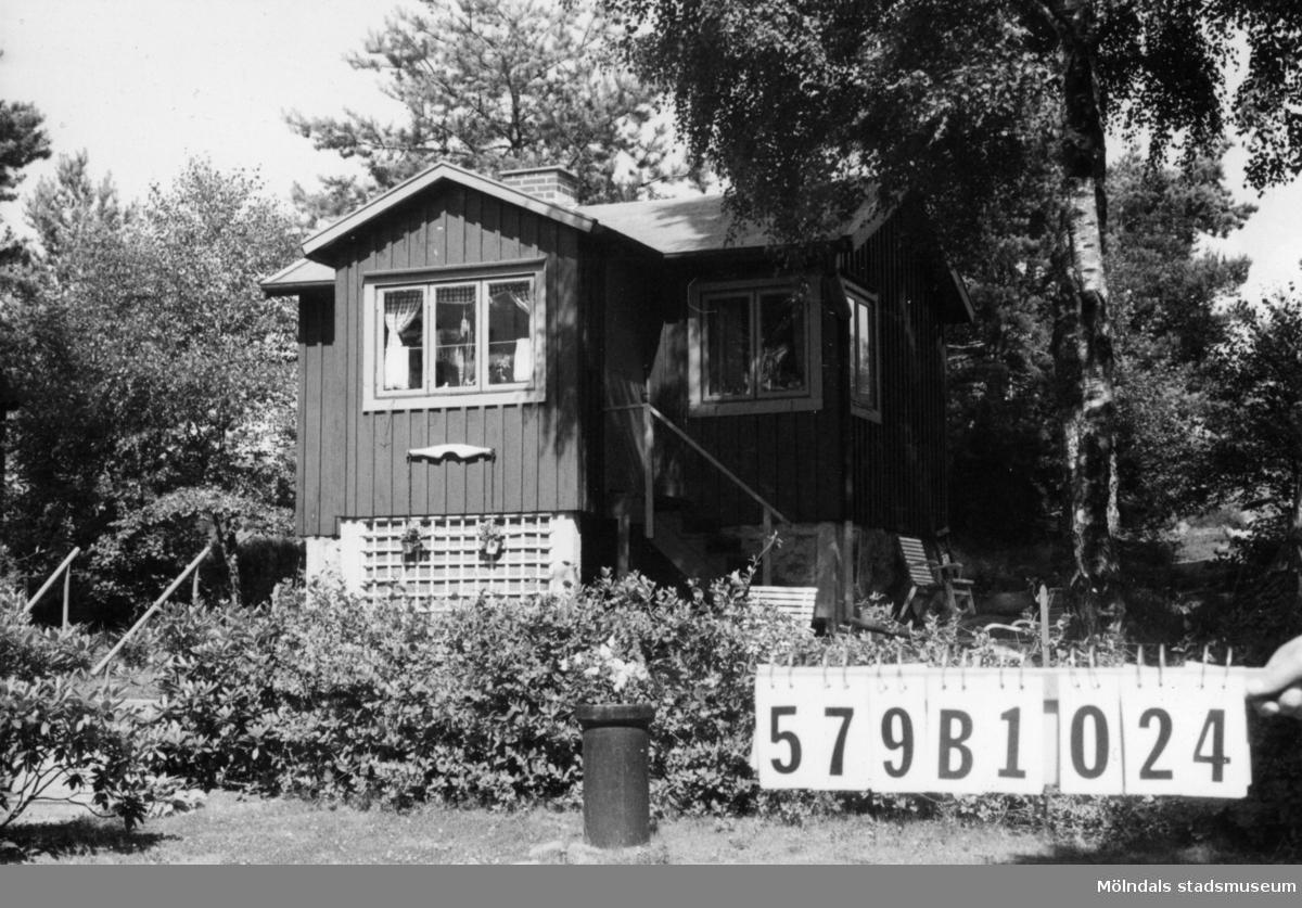 Byggnadsinventering i Lindome 1968. Lindome 3:29. Hus nr: 579B1024. Benämning: fritidshus och redskapsbod. Kvalitet, fritidshus: god. Kvalitet, redskapsbod: mindre god. Material: trä. Tillfartsväg: framkomlig. Renhållning: soptömning.
