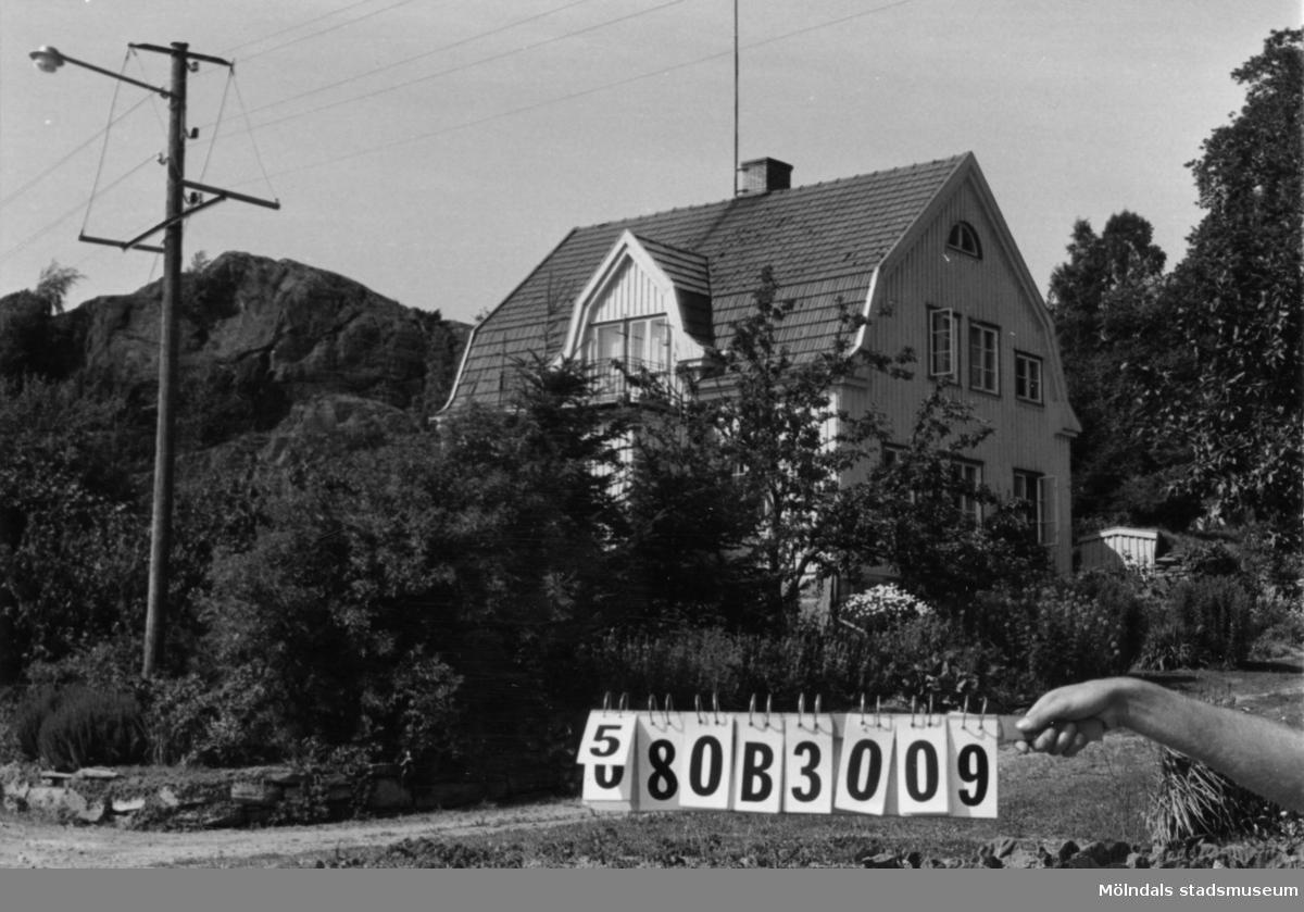 Byggnadsinventering i Lindome 1968. Knipered 1:9. Hus nr: 580B3009. Benämning: permanent bostad. Kvalitet: god. Material: trä. Övrigt: ladugården riven. Grunden kvar och utnyttjas. Tillfartsväg: framkomlig.