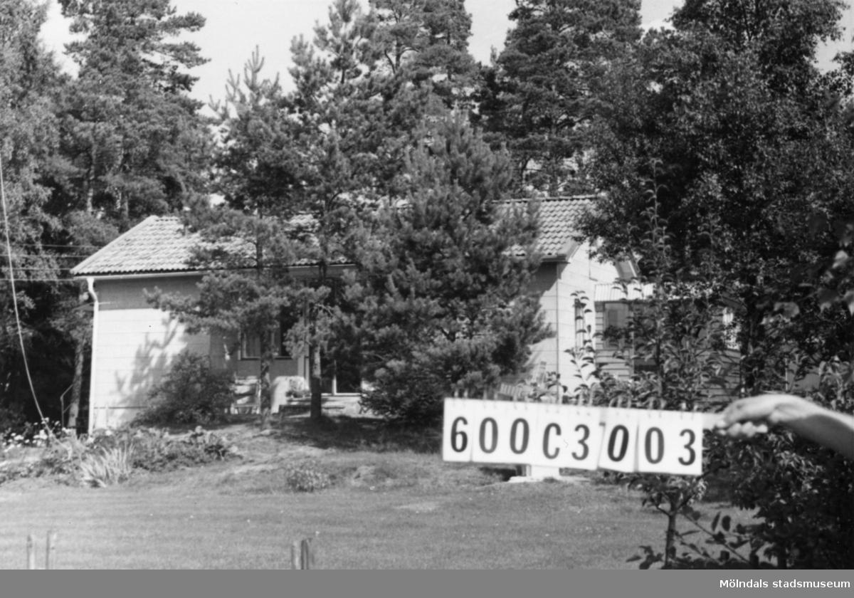 Byggnadsinventering i Lindome 1968. Hällesåker 2:15. Hus nr: 600C3003. Benämning: fritidshus och garage. Kvalitet: mycket god. Material: eternit. Tillfartsväg: framkomlig.