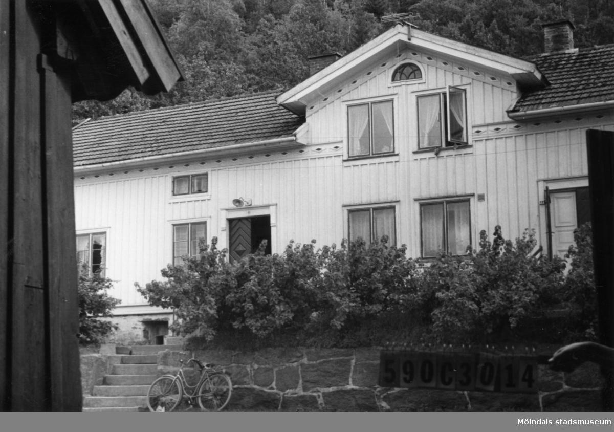 Byggnadsinventering i Lindome 1968. Torvmossared 1:5. Hus nr: 590C3014. Benämning: permanent bostad, ladugård och två redskapsbodar. Kvalitet, bostadshus: god. Kvalitet, övriga: mindre god. Material: trä. Övrigt: fin gårdsbildning. Tillfartsväg: framkomlig.