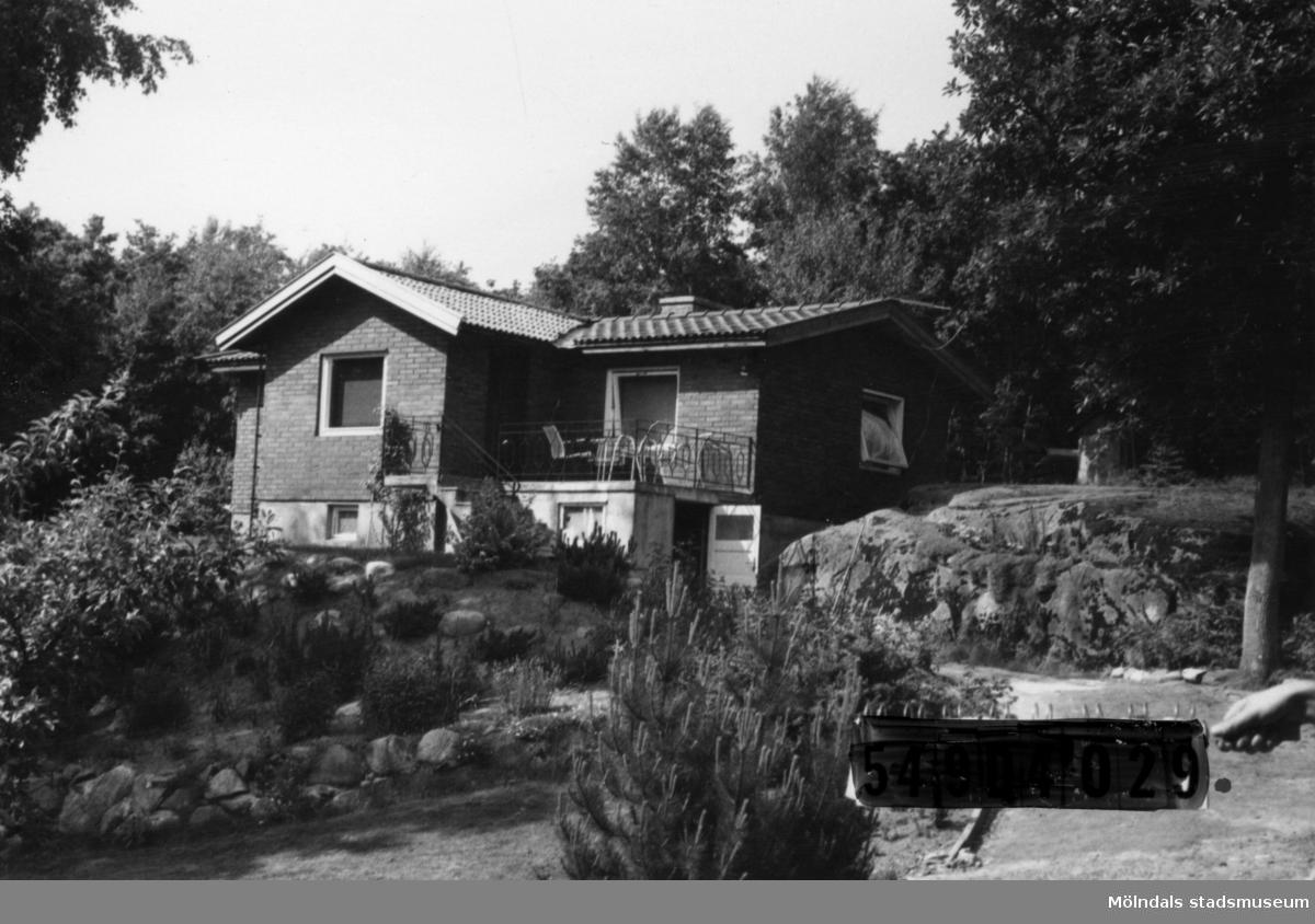Byggnadsinventering i Lindome 1968. Hällesås 1:43. Hus nr: 548C3016. Benämning: fritidshus och gäststuga. Kvalitet, bostadshus: mycket god. Kvalitet, gäststuga: god. Material, bostadshus: rött tegel. Material, gäststuga: trä. Tillfartsväg: framkomlig. Renhållning: soptömning.