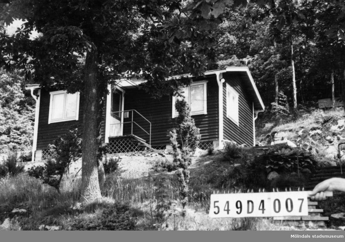 Byggnadsinventering i Lindome 1968. Hällesås 1:60. Hus nr: 549D4007.Benämning: fritidshus. Kvalitet: god. Material: trä. Tillfartsväg: framkomlig.