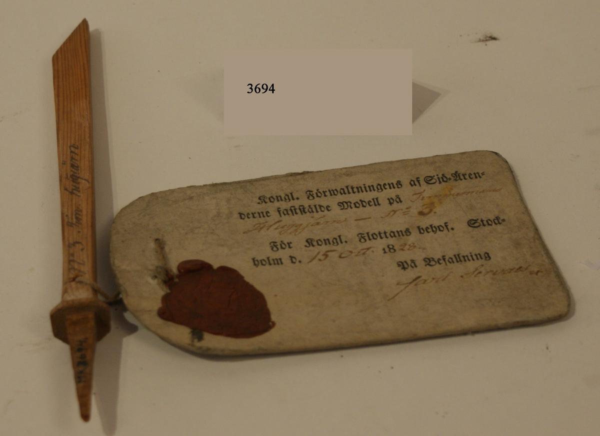 Huggjärn. Modell av trä med vidhängande fastställelsebricka. Sigill fastställd den 15 okt 1828