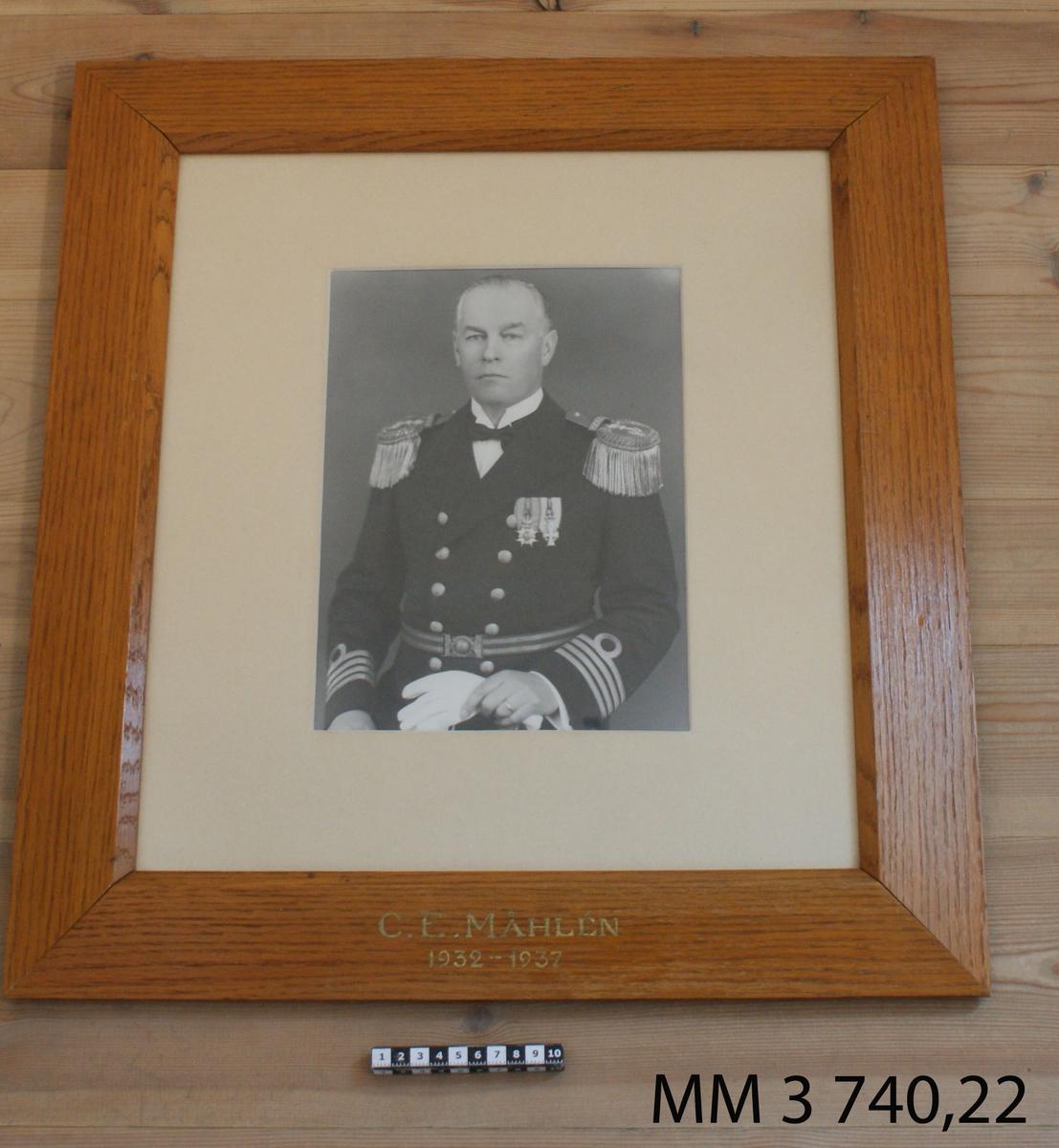 Fotografi C E Måhlén 1932-37. 25 st fotografier inom glas och ram, av ekfanér, av porträtt av cheferna för Skeppsgossekåren i Karlskrona åren 1875 - 1939. MM3740:1-25.