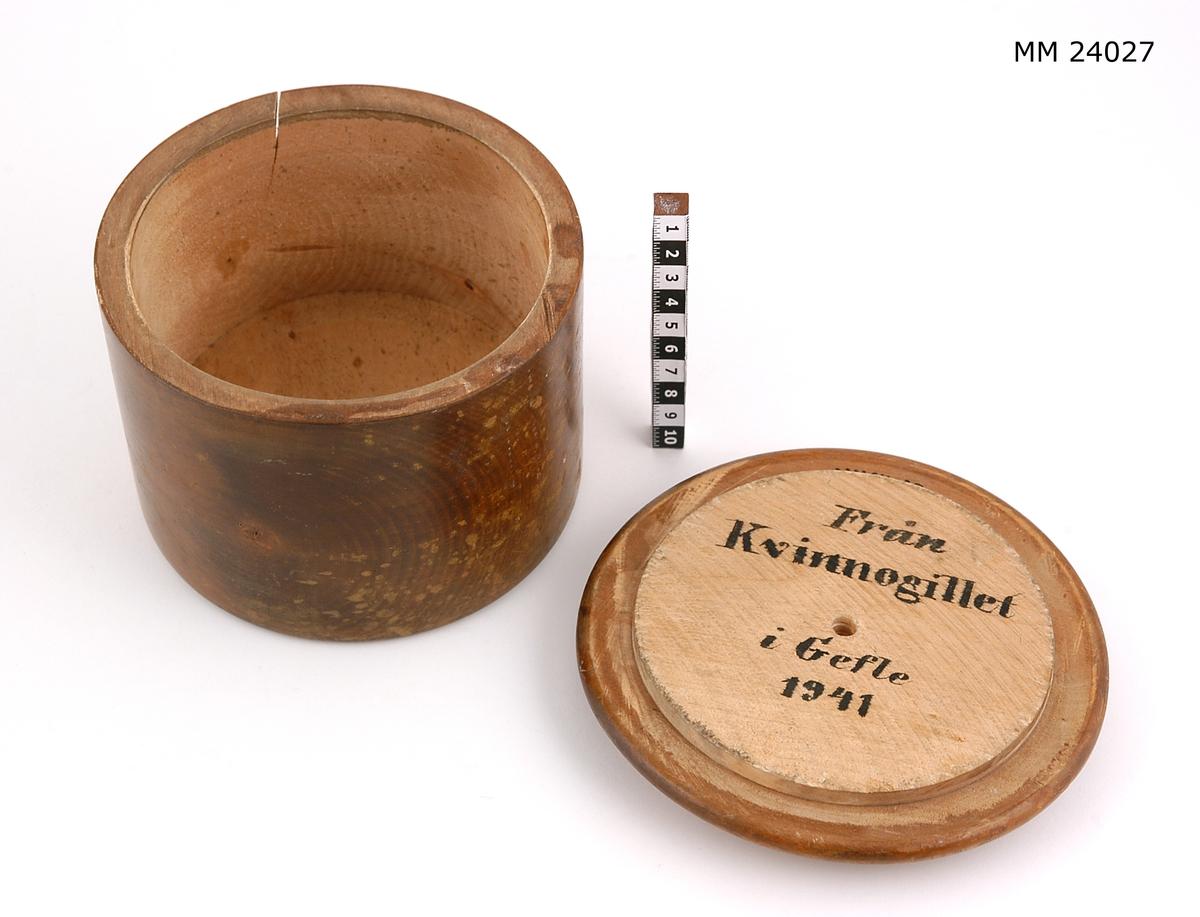 Träask, rund med lock (X 174). Slät utsida. Text på insidan av locket: Från Kvinnogillet i Gefle 1941.