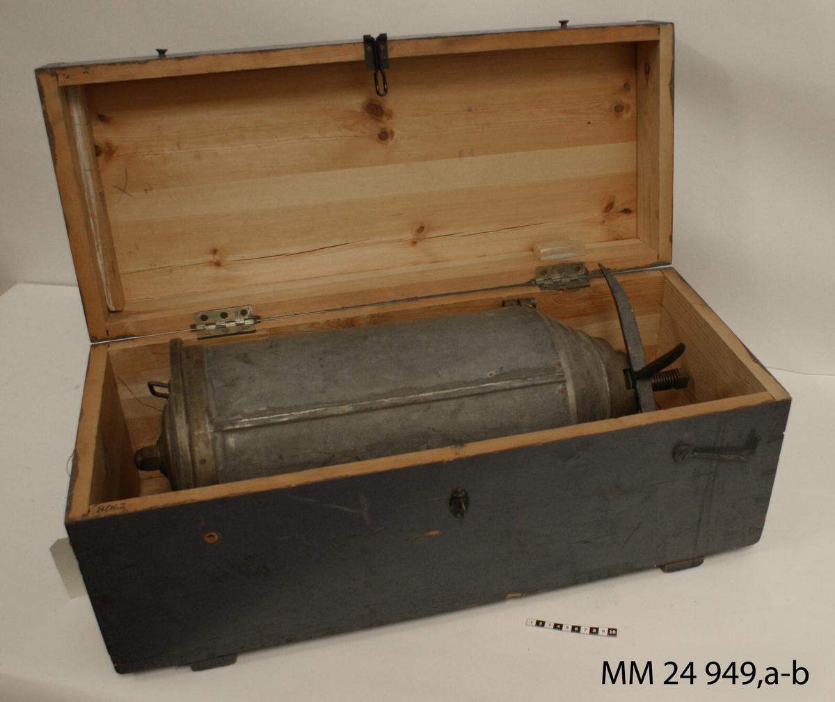 Stångtorped, större modell. Cylindrig laddningsbehållara av galvaniserad stålplåt. Hylsa för torpedgaffel. Detaljer av mässing. Äldre märkning: 8067.