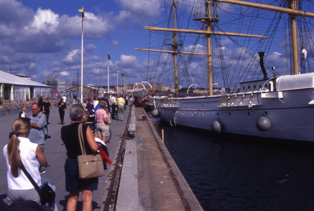 Flyttning av Jarramas från Marinmuseum till Handelshamnen inför Baltic Sail 2000 som äger rum 3-6 augusti.