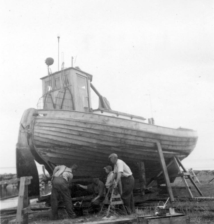 Småland, Kalmar. Stensö. Fiskebåt av kostertyp, bygd i Hällevik, Blekinge, 1950 för 15000 kr. L 33 fot, 23 hkr motor. de flesta fiksebåtar här på kusten bygges numera i Blekinge, sade ägarna, som höll på att stoffa sin båt.