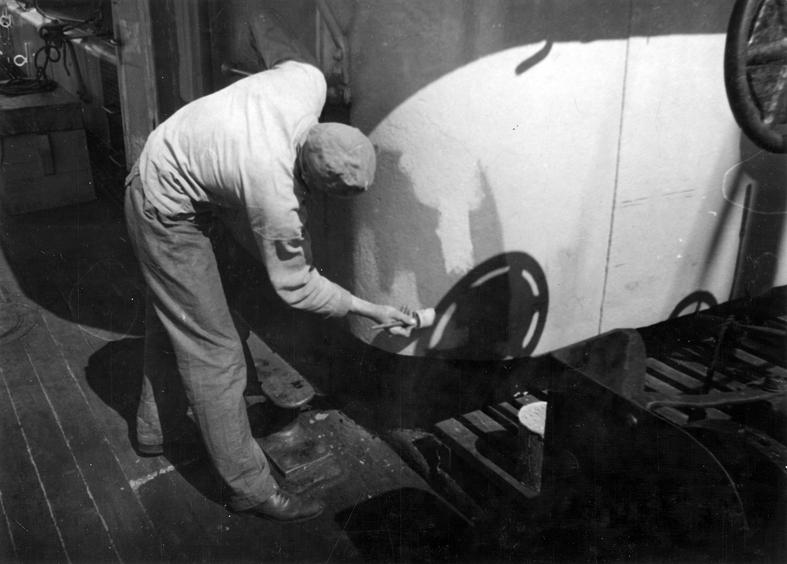 Göteborgs Örlogsdepå. HM Hjvb 384. Underhållsarbete. Däckshuset, innehållande befälhavarens hytt, målas. Fil lic Gunnar Jonssons undersökningsresa till västkusten juni 1940. 108.
