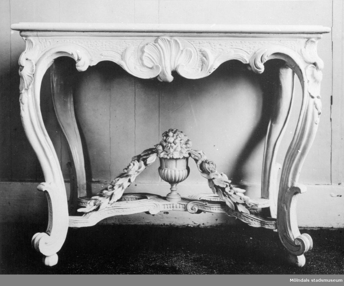 Dekorerat, vitmålat bord, Gunnebo slott 1930-tal.