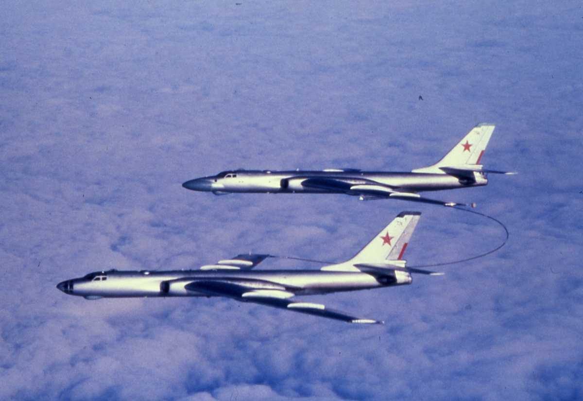 Nærmest sees et russisk fly av typen Badger A Tankfly og lengst fra sees et russisk fly av typen Badger C.