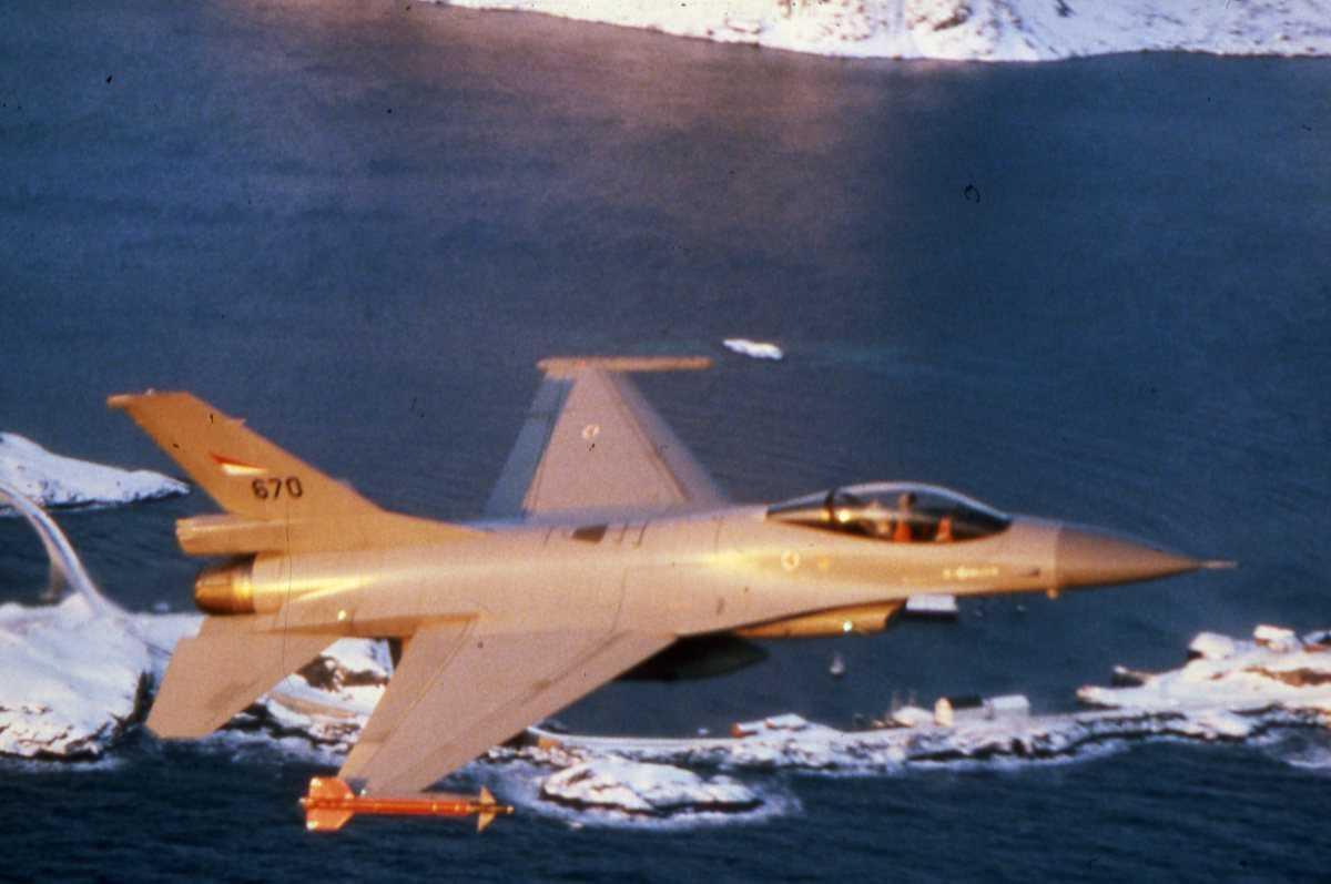 Norsk fly av typen F-16 Falcon med nr. 670 og tilhører 334 skvadron, Bodø hovedflystasjon.