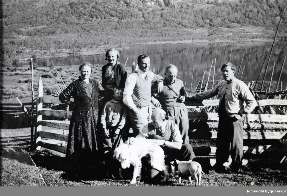 Frå venstre: Oline, Gunhild og Asbjørn Viljugrein Lengst til høgre: Andres Viljugrein. Dei tre andre er ukjende. Biletet er tek på Fagerset i Hemsedal i 1936.