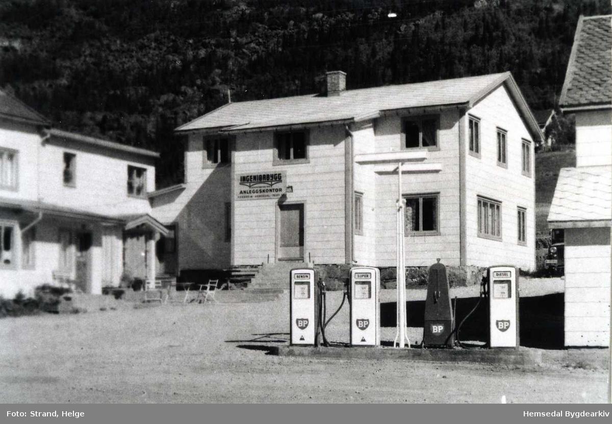 Ingeniørbygg hadde anleggskontor på Fossheim Hotell på Ulsåk i Hemsedal under kraftutbygginga oktober 1956 til desember 1959.