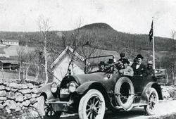 Biletet er teke ved skulehuset i Lio då Hans Lien og Ingebjø