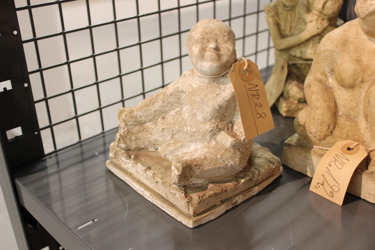"""Skulptur i gips.Et lite barn som drar seg selv i tåa. Tittel:""""GERD"""""""