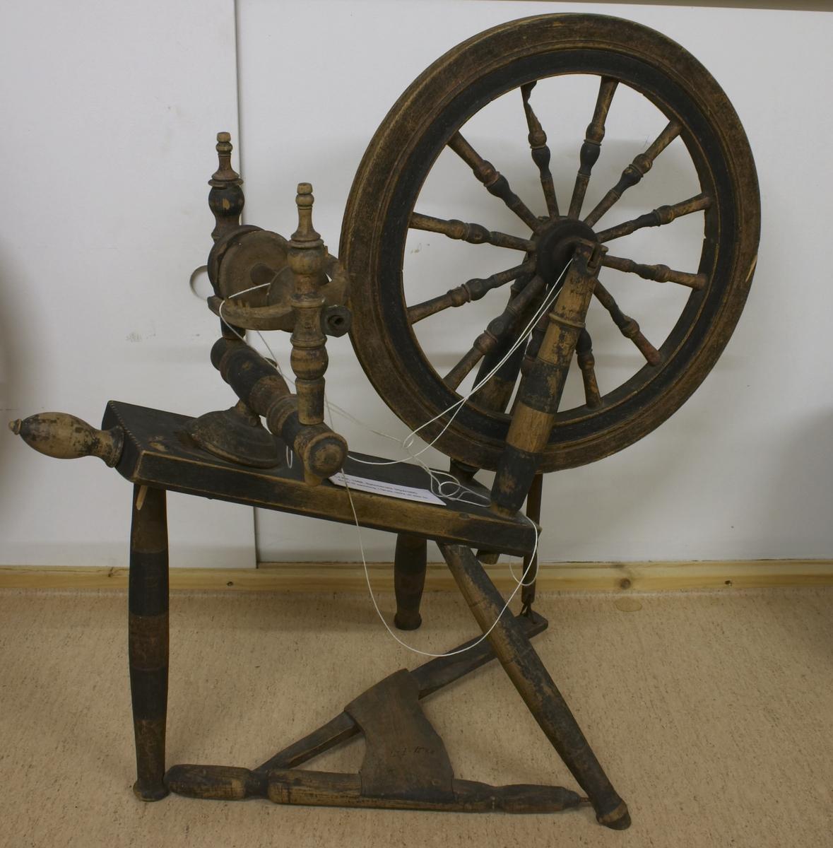 Brukt til spinning, i første rekke ull eller lin. Spinnerokk (hjulrokk) med skrått bryst, tre bein og trøe, laget av tre og malt sort og brun. Spinneapparatet er anbrakt i den høyeste enden av brystet. Hjulet ble betydelig større og alle deler ble spinklere i 1800-årene. Rokk med skrått bryst er den eldste (slutten av 1700-tallet - 1800-årene).