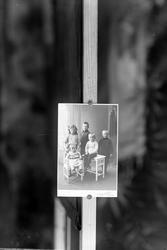 Reproduksjon av studioportrett av fem barn.