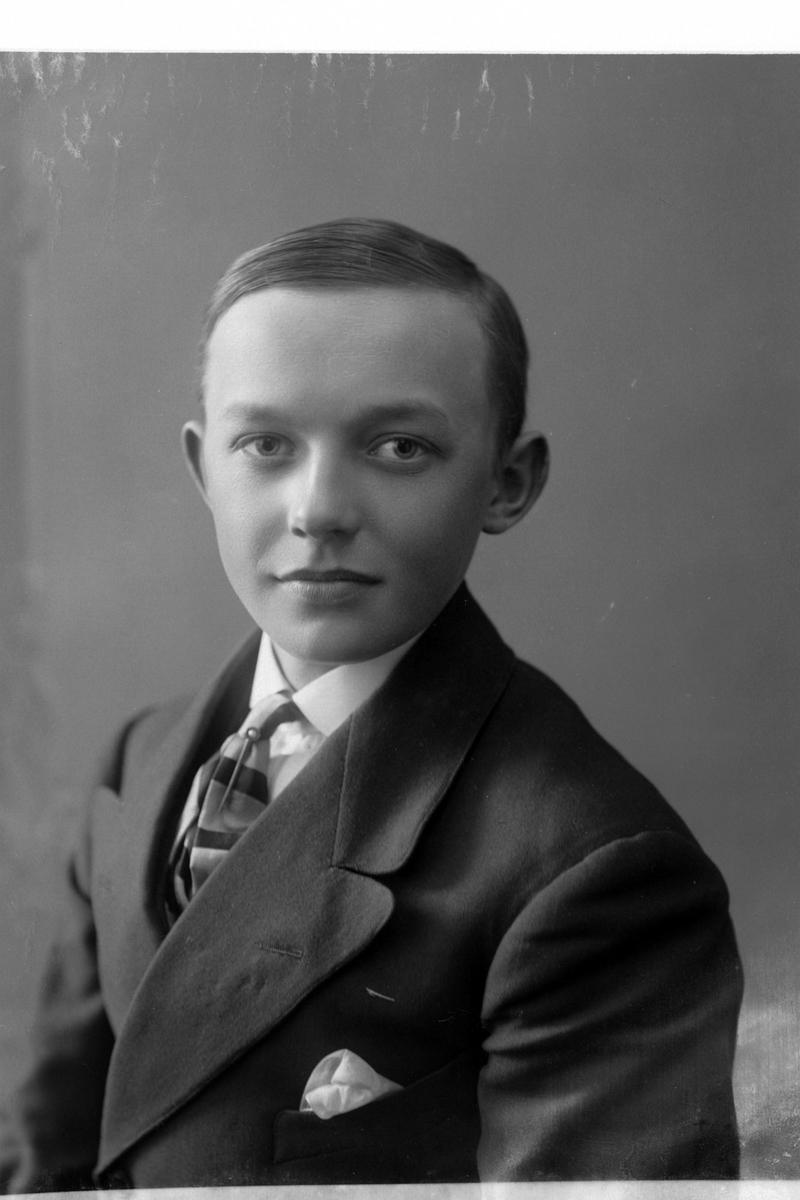 Studioportrett i halvfigur av gutt.