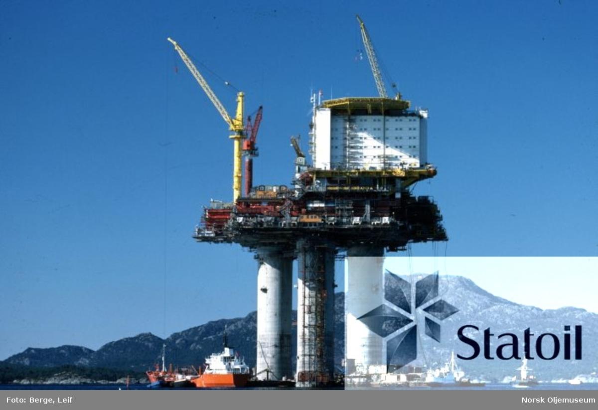 Statfjord A er under ferdigstillelse ved Stord, og bygges så komplett som vekten tillater det, før den taues til feltet og bygges ferdig.