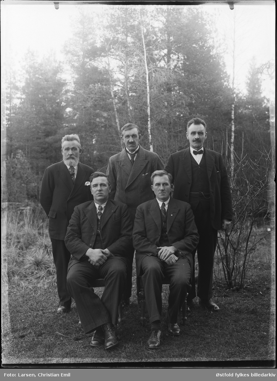 Gruppe, mennfotografert utendørs. Skiptvet 1936.