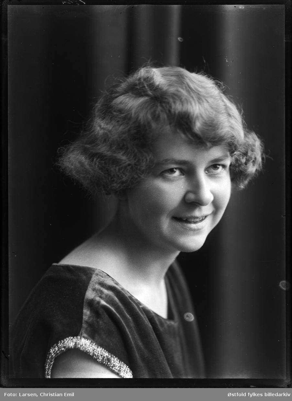 Portrett av ukjent ung kvinne, fotoatelier, 1926.