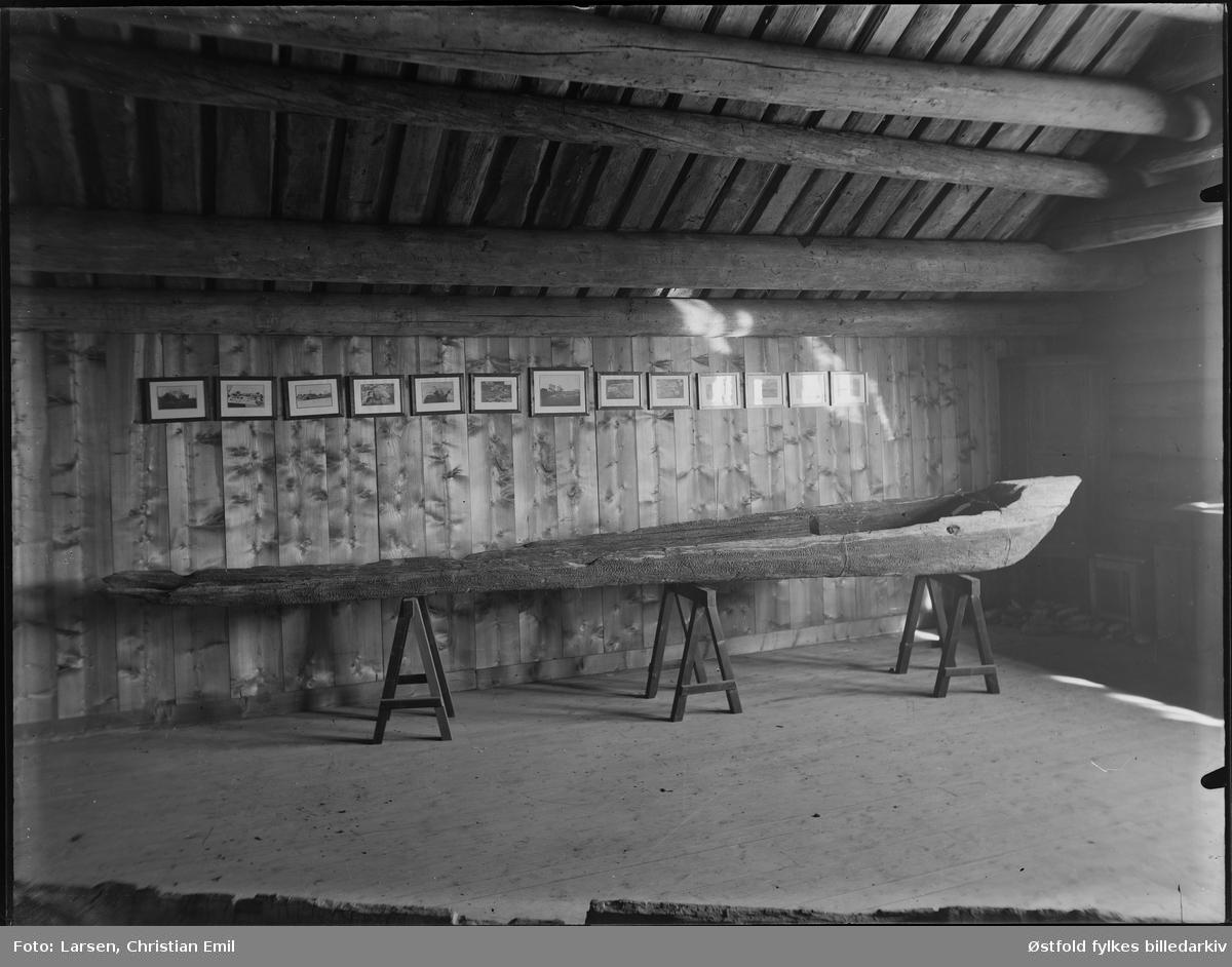 Borgarsyssel Museum, interiør fra 2. etasje (loft)  av Snekkenes-bygningen (over Werenskiold-salen).   Utstilt stokkekiste,  stokkebåt. Borgarsyssel Museum hadde i sin tid to slike båter, samt rester etter ytterligere to båter. Slike båter har vært i bruk fra steinalderen og opp imot vår tid. En av båtene som vi hadde, BrM.01499, er blitt datert til middelalderen, nærmere bestemt mellom 1310 og 1400. Båten på fotografiet er identisk med BrM.00594. Den stammer fra Fuglenesfjorden i Rakkestad. Båten er ikke datert.  Begge båtene, samt restene etter de to øvrige båtene er levert til Kulturhistorisk Museum / Oldsaksamlingen i Oslo.   Flere fotografier utstilt på veggen.  Snekkenes-bygningen var oppprinnelig hovedbygning på Snekkenes Bruk, Os i Rakkestad.  Revet i 1920, flyttet til museet i 1921.