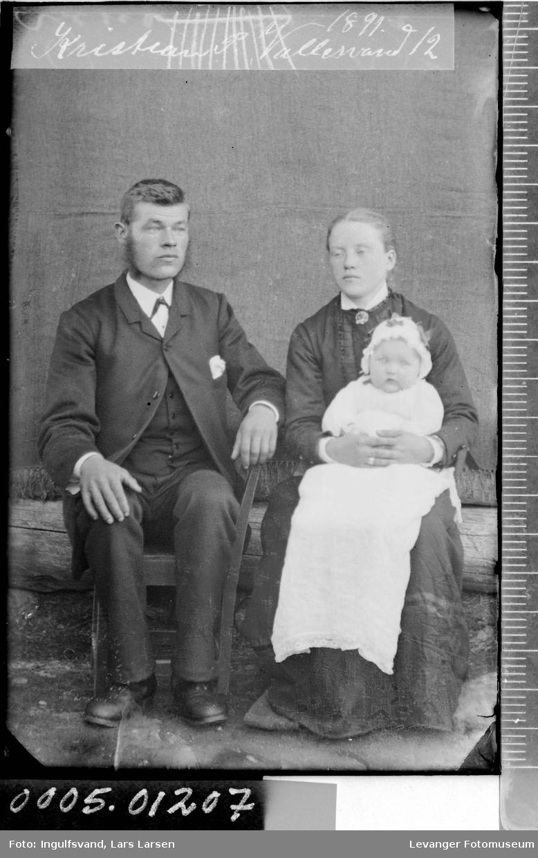 Portrett av en kvinne, en mann og et barn i dåpskjole.