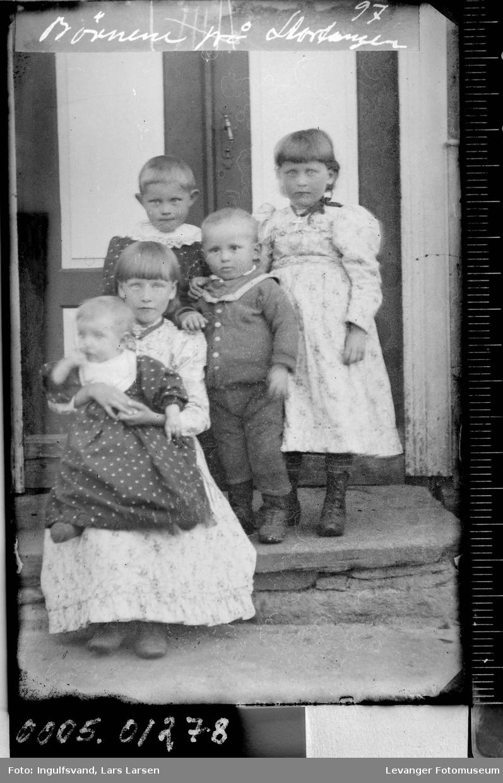 Gruppebilde av fem søsken.