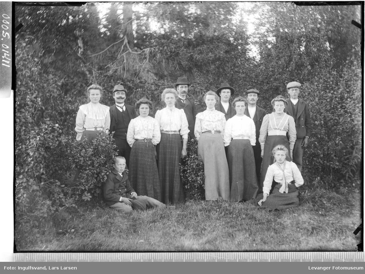 Gruppebilde av syv kvinner, fem menn og en gutt.