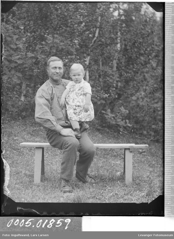 Portrett av en mann og et barn på en benk.