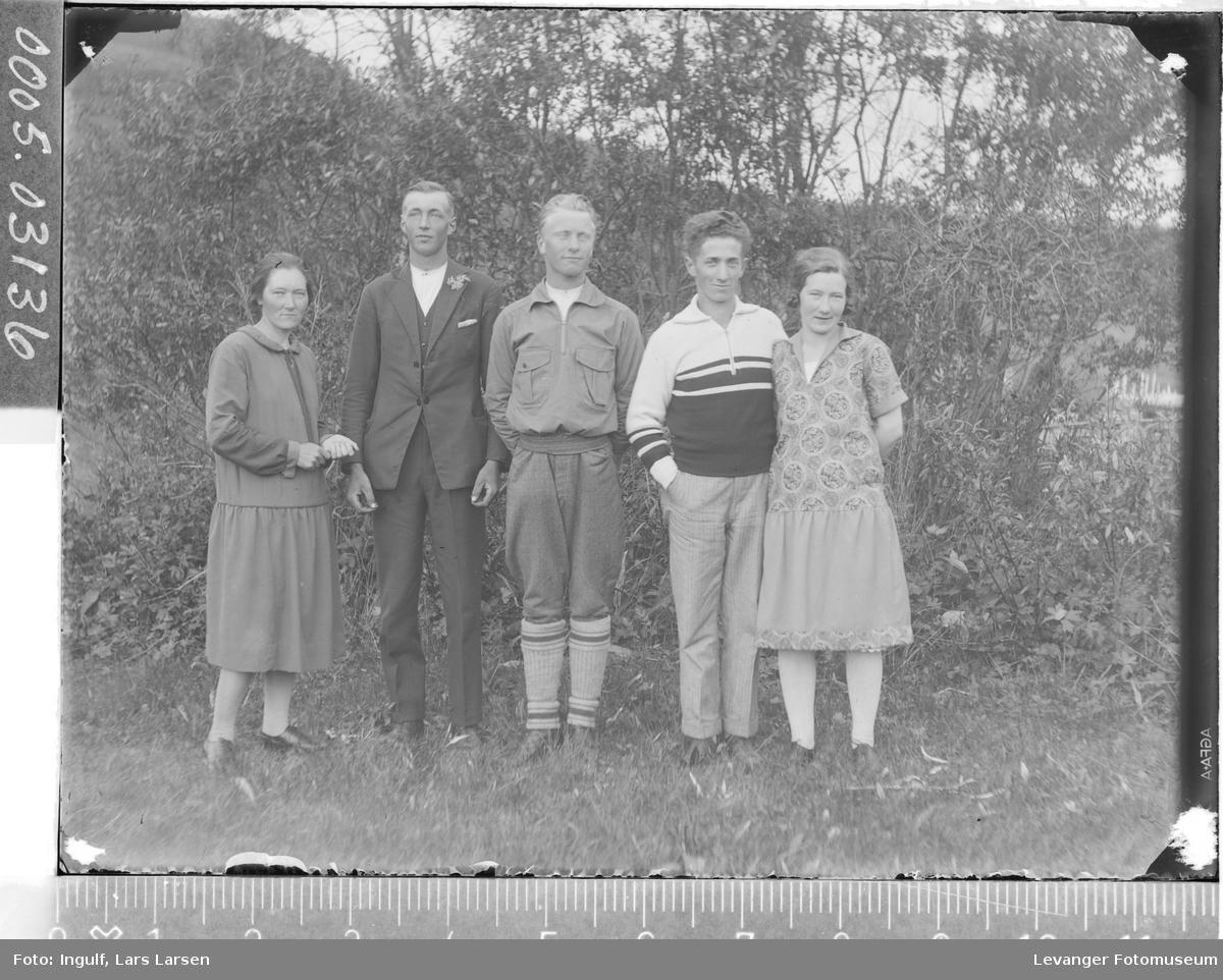 Gruppebilde av to kvinner og tre menn.