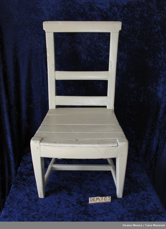 Hvit malt stol av tre.