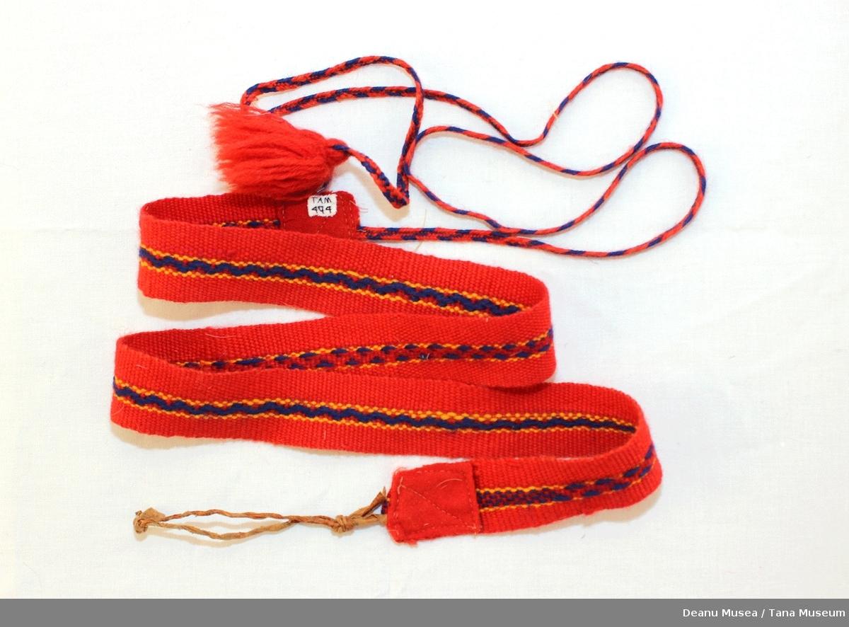 Tradisjonell skallebånd for jente fra Polmak. Rødt, gult og blått vevd i ullgarn. Festebånd i sisti, reinskinn.
