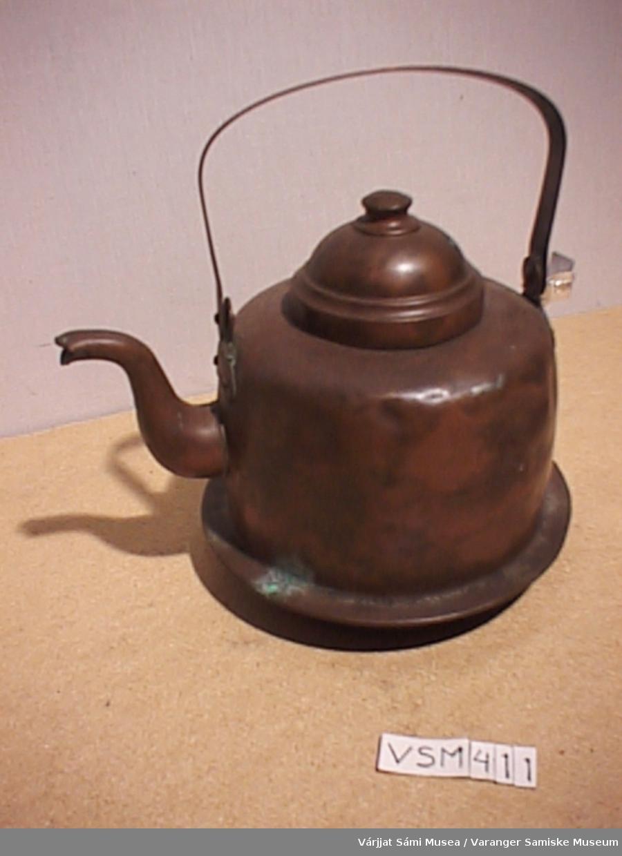 Kaffekjele av kobber med lokk. Kjelen rommer en liter. Lokket er tinnbelagt inni.
